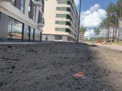 Продолжаются работы по оборудованию дороги и благоустройству придомовой территории