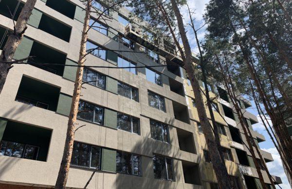 Продолжаются работы по утеплению и выкраске фасада, последняя секция западной части