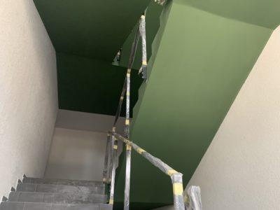 Заканчиваются работы по укладке плитки и выкраске МОПов_2