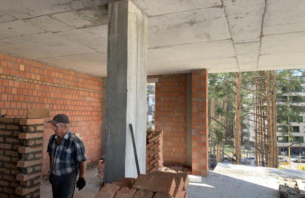 виконуються роботи по зведеню міжквартирних стін