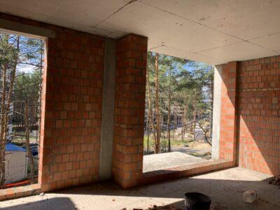 виконуються заміри віконних рам, для засклення першої секції